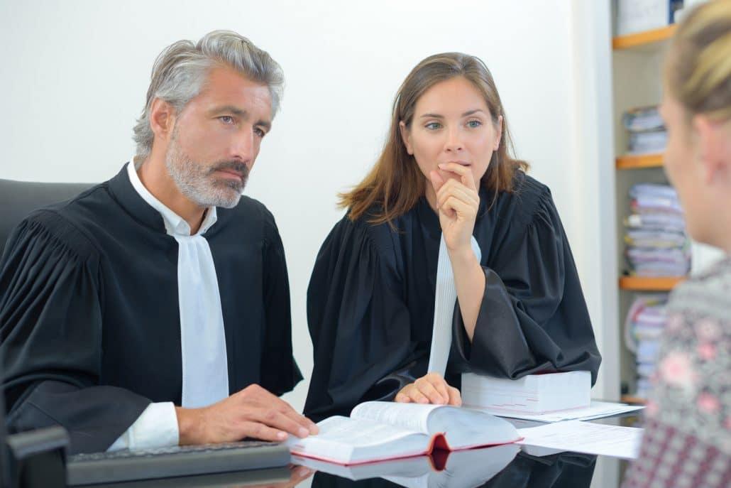 deux avocats à l'écoute